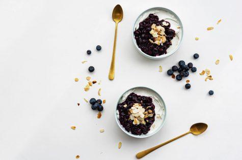 Petit déjeuner et yaourt bio