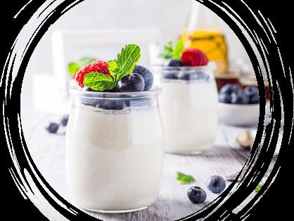 Pot de yaourt bio en verre avec des fruits