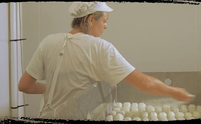 Salage à la main des fromages