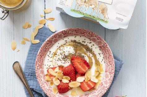 Yaourt fraises, rhubarbe et amandes